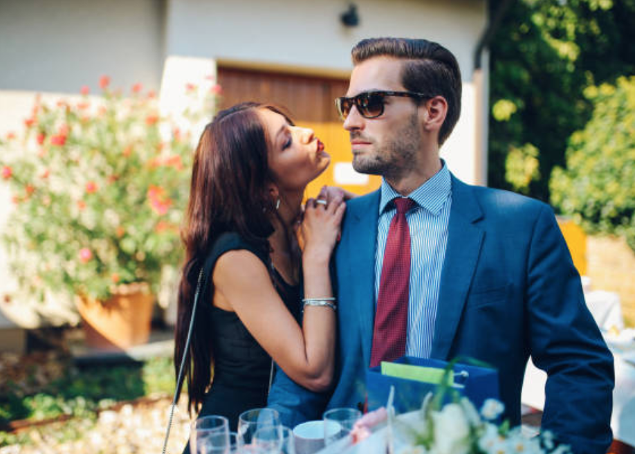 7 Things to Avoid if You Are Dating with A Rich Man